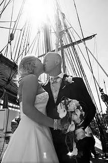 Kyssande bröllopspar på en båt.