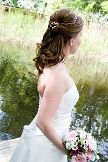 Vacker bröllopsfrisyr på blivande brud