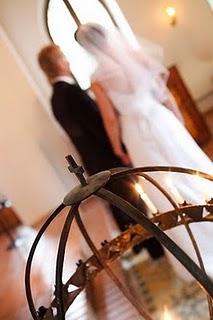 Brudpar vid altaret