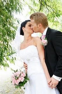 Vackert kyssande brudpar