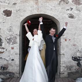 Lyckligt bröllopspar på kyrktrappan