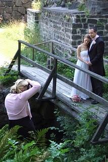 Linda fotograferar ett brudpar