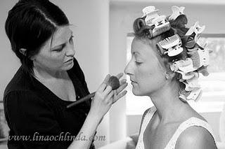 Makeup förberedelser inför bröllopsbilder.