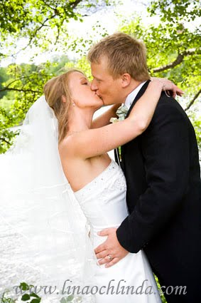 Kyssande bröllopspar