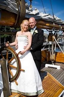 Bröllopspar på segelbåt