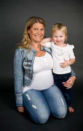 Porträtt på gravid mamma med dotter