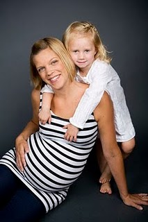 Porträtt på gravida Hanna med sin äldre dotter