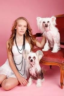 Porträtt på flicka med två nakenhundar