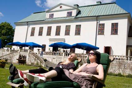 Lina och Linda i solstolar.